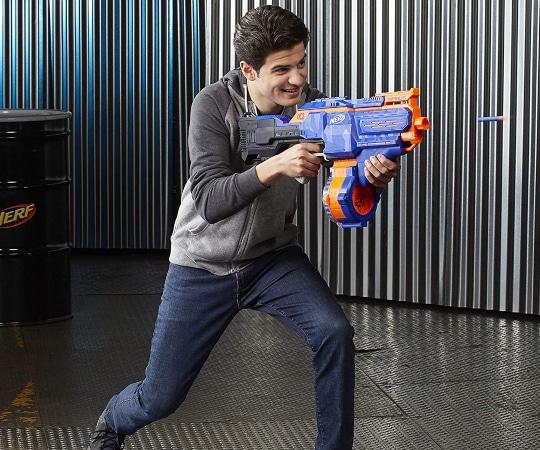 Joven jugando con pistola Nerf