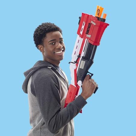 Chico con Nerf Fortnite Mega escopeta táctica