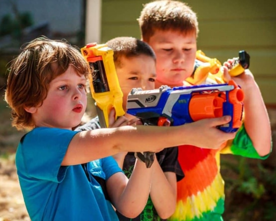 Niños jugando con Nerfs
