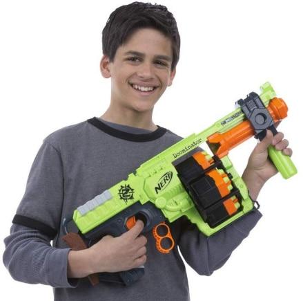 Chico con Nerf Zombie Strike Doominator