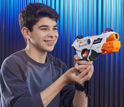 Chico jugando con Nerf Laser Ops Pro Alphapoint