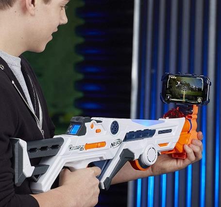 Chico jugando solo con Nerf Laser Ops Pro Deltaburst