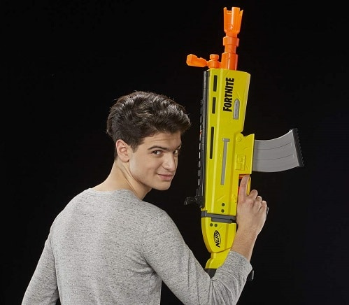 Chico con Fortnite AR-L