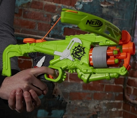 Chico con ballesta Nerf Zombie Strike Outbreaker