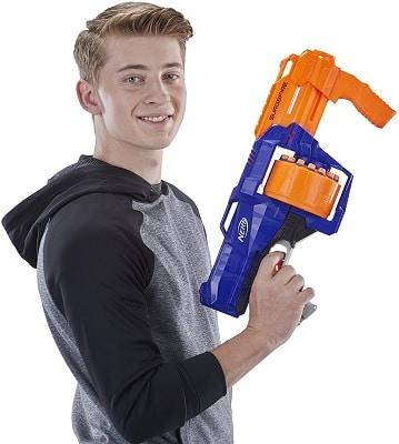 Chico con escopeta Nerf Surgefire