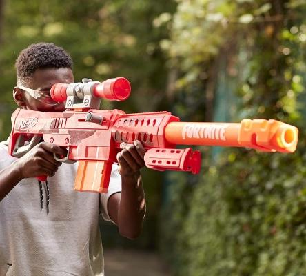 Chico con francotirador Nerf Fortnite Heavy SR